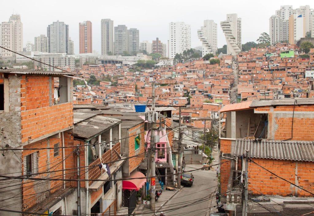 Democracia no combate às desigualdades: foto de periferia